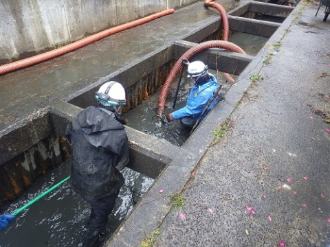水路清掃中の作業員